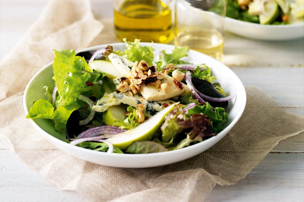 blue-cheese-pear-and-hazelnut-salad-18064_l