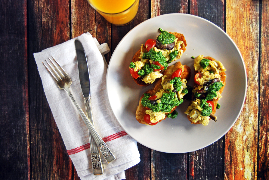 scrambled-egg-toasts-with-mushrooms-cherry-tomatoes-and-spinach-pesto-5
