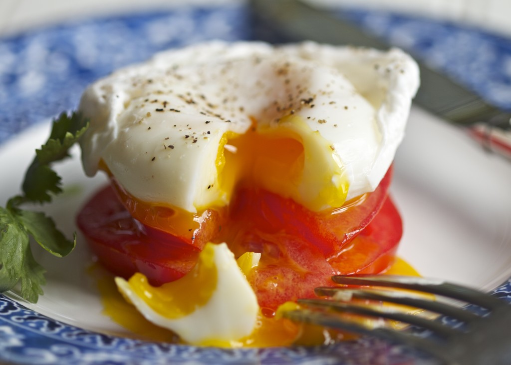 poached-egg-tomato-fork-1024x731